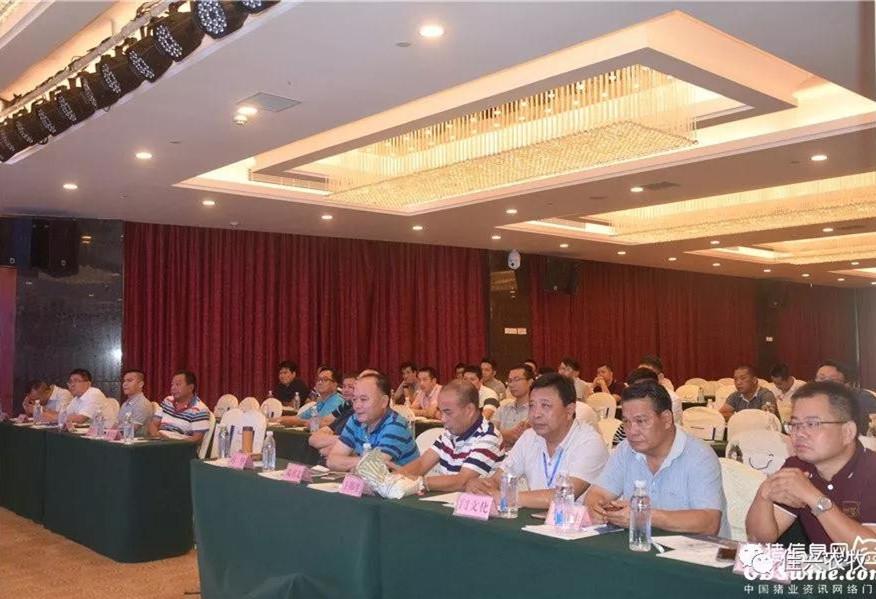 这个会议上,邓书文董事长以一副对联来勉励养猪人